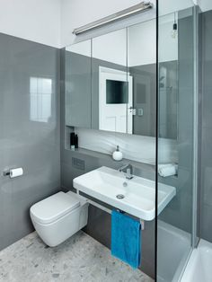 Pequeño cuarto de baño con sanitarios blancos