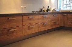 Wooden kitchen with lots of 2 drawers fronts of 80 cm using ikea cabinets. This gives you an affordable bespoke kitchen with real solid oak doors and drawers. It is also a concrete blade situ. Wooden Kitchen, New Kitchen, Kitchen Dining, Kitchen Ideas, Ikea Cabinets, Kitchen Cabinets, Solid Oak Doors, Bespoke Kitchens, Drawer Fronts