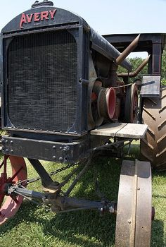 An early internal combustion powered Avery steel wheeled tractor.   Note the chain couples steering used in this old beauty.