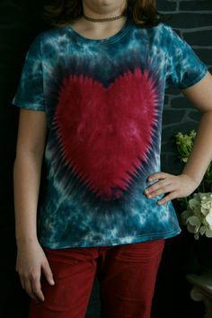 +Einzigartiges T-Shirt (kurzarm) im Batik Design. 100% Baumwolle in den Farben petrol, weiß und rot/pink. Jedes Teil wird von mir handgefärbt und i...