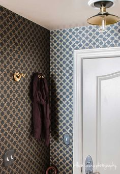 chic-glam-entryway-wallpaper-small-space-splendor-styling.jpg  Black and gold decor. Small spaces. Chic foyer. Small entryway. Apartment decor. Hogar decoration ideas. #splendorstyling