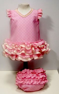 Traje de gitana popelín rosa lunar pequeño beige Girl Doll Clothes, Flower Girl Dresses, Baby Dresses, Baby Sewing, Frocks, American Girl, Projects To Try, Girl Outfits, Wedding Dresses