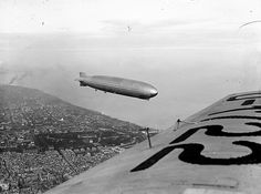 El Graf Zeppelin sobrevolà Barcelona el 16 de mayo de 1929, durante la semana alemana de la exposición internacional de Barcelona. Por: Badosa Montmany, Josep