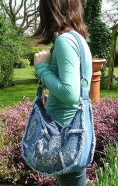 Denim bag seams outside Jean Crafts, Denim Crafts, Jean Purses, Purses And Bags, Mochila Jeans, Denim Purse, Denim Ideas, Denim Patchwork, Recycled Denim