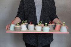 KULØR zeigt sich in neuem Gewand mit neuen Farben. Ab sofort gibt es Becher, Teelichter, Dosen, Vasen und Lampen in 6 frischen Farben.