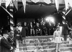 """Le Président de la République, Raymond Poincaré (1860-1934) le 22 juillet 1928, dans la tribune officielle, assistant à la représentation du """"Tournoi"""" créé pour les fêtes du bimillénaire de la Cité de Carcassonne. Photo: Agence Meurice / Gallica"""
