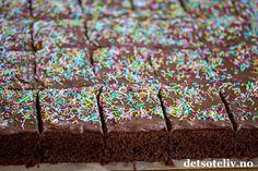 Hei dere! Det er høytid for avslutninger i barnehager og skoler over hele landet, og det betyr også høytid for LANGPANNEKAKER! Jeg har alltid likt godt å bake langpannekaker, og det har resultert i at det nå er over 430 langpannekakeoppskrifter her på Det søte liv Og i dag kommer det én til! Denne sjokoladekaken er en slik langpannekake som alle liker, store som små;- den er enkel, smakfull og kjempemyk i konsistensen og den dekkes med en deilig sjokoladekrem!