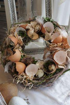 Eine wunderschön natürlicher Osterkranz mit echten Eierschalen, in denen sich teilweise Wachteleierter tummeln..... Traumhaft filigran... Kann als Tischkranz, gerne mit eiem Windlichtglas, als...: