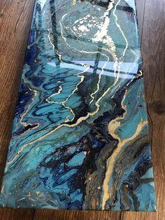 Cette année, j'ai découvert la peinture abstraite à l'aide de l'acrylique liquide. J'aime la sensation organique de ce milieu et la façon dont il fait des images qui ressemble à des choses dans la nature. Celui ci ressemble à turquoise et lapis lazuli pour moi. Il a composite or feuille