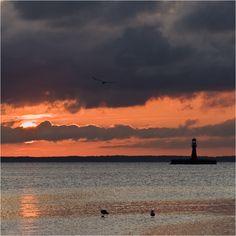 """В 1900 году на небольшом островке. около рыбацкого посёлка Пярвалка, около мыса """"Zirgu"""" был построен этот маяк. Двоекратно маяк перестраивался. На сегодняшний день маяк действует автоматически, поэтому работники, контролирующие работу маяка, заглядывают сюда лишь изредка."""