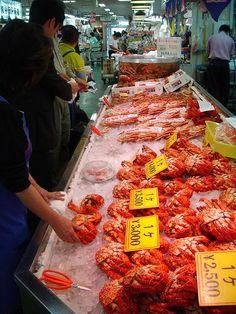 【函館魚市場】とにかく北海の水産物がなんでもある。周りには市場の人がやってる食堂も数多くあり、おみやげ物色しつつ、お腹が減ったら海鮮どんやカニやお寿司を食べられる。