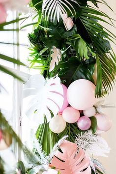 Tropical Wreath with Balloons - Creative inspiration for a tropical theme party! Best entrance for tropical party! Flamingo Party, Aloha Party, Luau Party, Hawaian Party, Deco Floral, Tropical Party, Tropical Garden, Wedding Balloons, Party Time