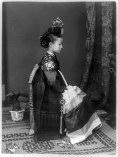 a korean kisaeng, ca. 1910, similar to japanese geisha