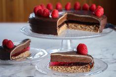 Dette er en festkake som er inspirert av den populære Troika-sjokoladen. Kaken består av flere lag og tar litt tid å lage, men resultatet blir virkelig imponerende! Mandelbunn, mørk sjokolade, bringebærgelé, sjokoladetrøffelkrem, marsipan og sjokoladeglasur i kombinasjon gir en fantastisk god smak. Dette blir lett den mest populære kaken på kakebordet! Oppskrift og foto: Kristine Ilstad/Det søte liv.