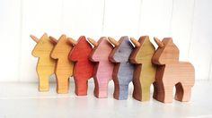 Ensemble de trois petites licornes, jouet en bois, petit poney en bois naturel