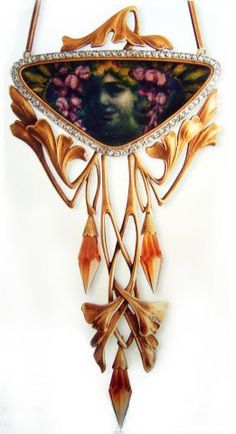 Люсьен Хирц, золотое ожерелье с подвеской