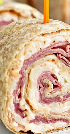 If you love Reuben Sandwiches, here's an easy party food idea for you: Reuben Tortilla Pinwheels! Appetizers For Party, Appetizer Recipes, Snack Recipes, Parties Food, Pinwheel Sandwiches, Wrap Sandwiches, Savory Snacks, Lunch Snacks, Lunches
