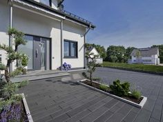 Centara Pflastersteine in Stahlgrau - Another! Driveway Landscaping, Modern Cottage, Castle House, Outdoor Living, Outdoor Decor, Home Reno, Exterior Design, Home Projects, Villa