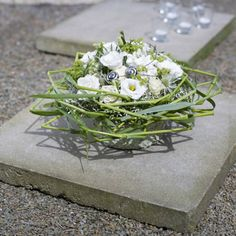 Symbolic funeral floristry: bouquet and arrangement with kinked grass Creative Flower Arrangements, Floral Arrangements, Grave Decorations, Bouquet, Diy Projects For Beginners, Autumn Decorating, Real Plants, Funeral Flowers, Ikebana