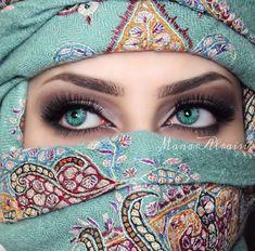 The most beautiful place on a woman's body is her eyes. Pretty Eyes, Cool Eyes, Arabian Eyes, Arabian Women, Muslim Beauty, Arabic Makeup, Look Into My Eyes, Stunning Eyes, Beautiful Hijab