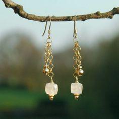 Handgemaakte gouden #oorbellen met maansteen #deblijeekster