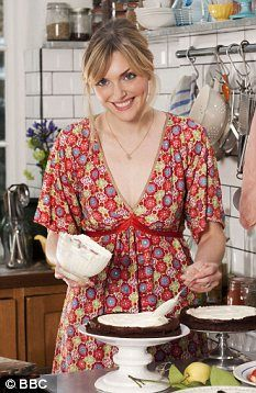 Sophie Dahl - love her style and her recipes! Sophie Dahl, Gabrielle Hamilton, Dahl Recipe, Red Summer Dresses, Tv Chefs, Beautiful Cakes, Floral Tops, Feminine, Style Inspiration