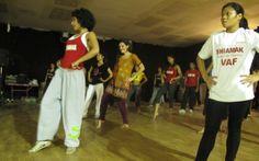 Tanzen war ja noch nie meine Stärke... aber man hat sich bemüht, mir etwas beizubringen. Foto: Nancy Bollywood, Basketball Court, India, Sports, Fashion, Pictures, Dance, Hs Sports, Moda