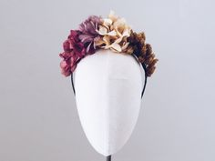 Diadema Camille de flores. Inspiración: frida kahlo. Bodas. Invitada perfecta. Handmade. Hecho a mano. Barcelona. Flor preservada y pluma. Verde. Beige. Tostado.