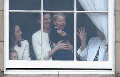 Grote pret met nanny Maria achter een raam van Buckingham Palace, als de kleine prins buiten zijn moeder in een koets spot © Chris Jackson / Getty Images