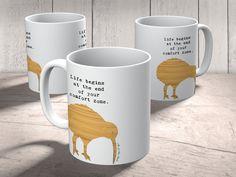 Tasse Kiwi Vogel aus Keramik  Weiß - Das Original von Mr. & Mrs. Panda.  Eine wunderschöne Keramiktasse aus dem Hause Mr. & Mrs. Panda, liebevoll verziert mit handentworfenen Sprüchen, Motiven und Zeichnungen. Unsere Tassen sind immer ein besonders liebevolles und einzigartiges Geschenk. Jede Tasse wird von Mrs. Panda entworfen und in liebevoller Arbeit in unserer Manufaktur in Norddeutschland gefertigt.    Über unser Motiv Kiwi Vogel  Kiwi-Vögel oder Schnepfenstrauße sind nachtaktive und…