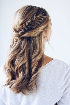 This half up hairstyle combined with the fishtail braid is absolutely gorgeous!
