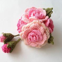 レース編み 薔薇のコサージュ ピンク系 Diy Crochet Flowers, Peacock Crochet, Crochet Wreath, Crochet Fruit, Crochet Flower Patterns, Love Crochet, Irish Crochet, Knit Crochet, Crochet Hairband