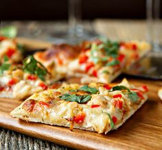 Spicy Chicken and Pepper Jack Pizza made with Pepper Jack cheese is the perfect flatbread pizza recipe for game night! Flatbread Pizza, Pizza Pizza, Pizza Dough, Crust Pizza, Pizza Party, Fruit Recipes, Cooking Recipes, Healthy Recipes, Pizza Recipes