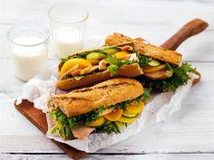 Kanapatongit - Päivälliseltä ylijääneet kanat voi hyödyntää seuraavana päivänä patongin täytteenä http://www.valio.fi/reseptit/kanapatongit/