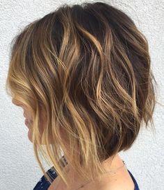 carré plongeant ondulé mi long coiffure meches blondes
