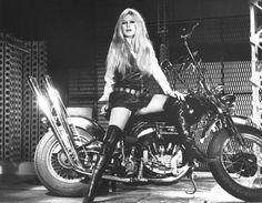 Brigitte Bardot - harley Je n'ai besoin de personne en Harley Davidson Je n'reconnais plus personne en Harley Davidson J'appuie sur le starter, et voici que je quitte la terre J'irai peut-être au Paradis, mais dans un train d'enfer Et si je meurs demain, c'est que tel était mon destin Je tiens bien moins à la vie qu'à mon terrible engin Quand je sens en chemin les trépidations de ma machine (...)