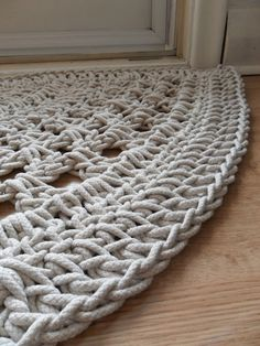 Crochet door rug - no pattern Love Crochet, Crochet Crafts, Crochet Yarn, Crochet Stitches, Crochet Projects, Crotchet, Learn Crochet, Crochet Carpet, Door Rugs