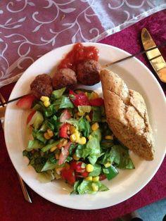Dejlig middag af: Salat. Grovflutes,. Kødboller af svinefars, løg, hvidløg, ketsjap manis, æg og brød. Dip Salsa.