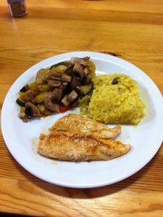 Lekker en Mager!  Gebakken kip met risotto (gemaakt met de Tupperware rijstkoker) en een groentemix(gele en groene courgette, paprika, aubergine, champion).  De risotto is gemakkelijk te maken met de rijstkoker: 200g risotto, 500ml water, een scheutje witte wijn, een teen look, saffraan, een bouillonblokje en wat kruiden in de rijstkoker doen. Ongeveer een kwartier in de microgolf zetten en klaar!