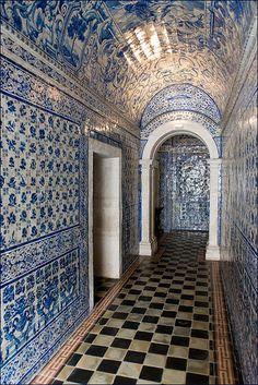 En prendre plein les yeux - Azulejos (blue tiles) at the chapel of the Convent d'Alcobaça, Portugal Portugal Travel, Spain And Portugal, Delft, Blue Tiles, White Tiles, Voyage Europe, Portuguese Tiles, Algarve, Architecture Details