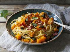 Cerchi una ricetta facile e veloce per risolvere una cena last minute? Prova gli spaghetti con zucca gialla e pomodorini: semplici, leggeri e sfiziosi!