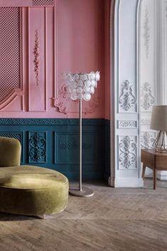 Wenn uns #Covid19 eins gelehrt hat, dann wohl, dass unser #Zuhause viel mehr ist als ein Ort zum Schlafen. Plötzlich wurde der Esstisch zum #Arbeitsplatz, das #Wohnzimmer zur Tanzfläche und die #Küche zur Kantine. Grund genug, den eigenen vier Wänden mal wieder einen neuen Anstrich zu verpassen. Für #Inspiration sorgen diese #WohnTrends für 2021. Castle, Interior, Inspiration, Home, Workplace, Dinner Table, Living Room, Ad Home, Nice Asses
