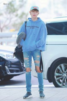 """""""This thread is a concise compilation of Taeyong's airport style and looks. Since 2014 he has maintained his """"uniform"""" of hats, hoodies, ripped jeans and sneakers. Still, he has managed to update and perfect his signature look across trends and time. Lee Taeyong, Jonghyun, Shinee, Nct 127, Kpop Fashion, Mens Fashion, Airport Fashion, Jisung Nct, Men's Clothing"""