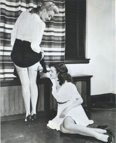 With nylon stockings scarce, women would paint their legs so it looked like stockings, is part of Rare historical photos A new fashion arose from the nylon ration Liquid stockings, it was cal -