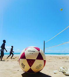 FELICIDADE É AQUI E AGORA! 🌞🏝 ⚽  #beach #summer #sea #sun #ocean #sand #sunset #love #vemcomigo #vemprotreino #futevôlei #footvolley #futevoleibrasil #futevoleisalvador #treino #altinha #esporte #saude #boraqueavidatapassando #veraocomabolatoda #mikasa ⚽