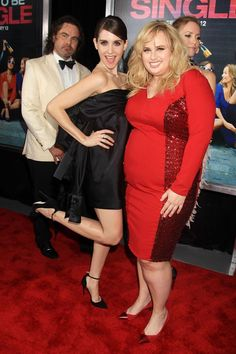 Fun and flirty at the premiere in NYC! How To Be Single, Rebel Wilson, Alison Brie, Comedy Series, Prom Dresses, Formal Dresses, Young People, Theatre, Red Carpet