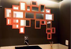 O laranja reina absoluto em meio ao preto e branco nesta sala de jantar. Projeto da arquiteta Zize Zink