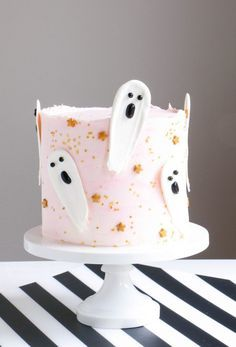 Brushstroke ghosts embody everything I love about cake decorating.Thanks mikriaaaaa for this post.Brushstroke ghosts embody everything I love about cake decorating. They're easy to execute, made of delicious materials, require # A Halloween Torte, Pasteles Halloween, Bolo Halloween, Dessert Halloween, Pink Halloween, Halloween Cupcakes, Halloween Treats, Halloween Decorations, Halloween Birthday Cakes