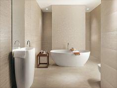 salle de bains spacieuse et élégante avec un carrelage beige Desert et un sanitaire blanc