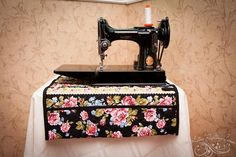 You have to see Sewing Machine Mat Organizer with Pocket on Craftsy! - Looking for sewing project inspiration? Check out Sewing Machine Mat Organizer with Pocket by member Katie Ringo. Small Sewing Projects, Sewing Hacks, Sewing Tutorials, Sewing Ideas, Tutorial Sewing, Free Tutorials, My Sewing Room, Sewing Rooms, Antique Sewing Machines
